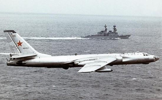 Tupolev Tu-16 bombplan. Av NATO kallad Badger. I bakgrunden en Amerikansk jagare av Spruance klass.