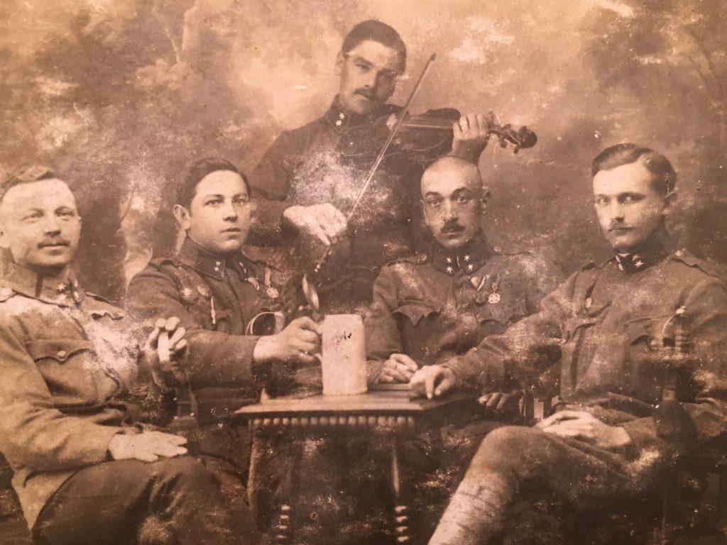 Soldater under första världskriget tar en paus.